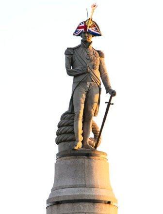 В Лондоне на памятники надели шляпы