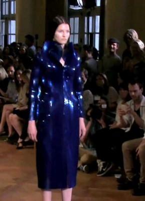 Ирис Ван Херпен на выставке высокой моды в Париже - фото