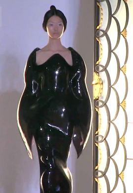 Ирис Ван Херпен на выставке высокой моды в Париже