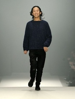 Александр Вэнг предоставил коллекцию одежды - меха и кожа.