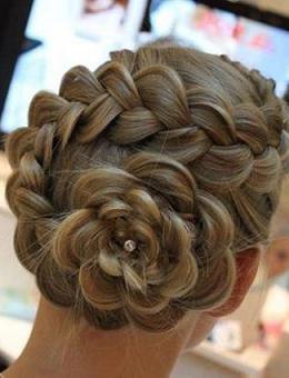 Зачіска з декоративним плетінням - фото