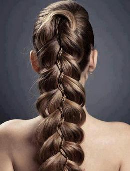 Зачіска з гарним плетінням на красивому фото