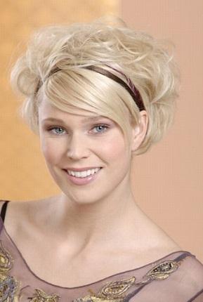 Вечірня зачіска для білявок з обручем