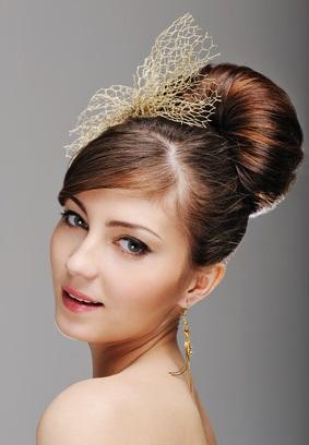 Вечірня зачіска для каштанового волосся, з плетінням на гарному фото