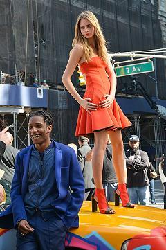 Кара Делевінь на модній зйомці у Нью-Йорку