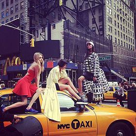 Кара Делевінь на модній зйомці у Нью-Йорку.