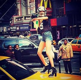 Кара Делевінь на модній зйомці в Нью-Йорку.