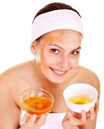 Маски для шкіри обличчя із меду і яйця.