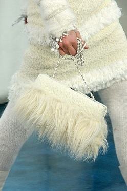 Білий колір для зимового одягу