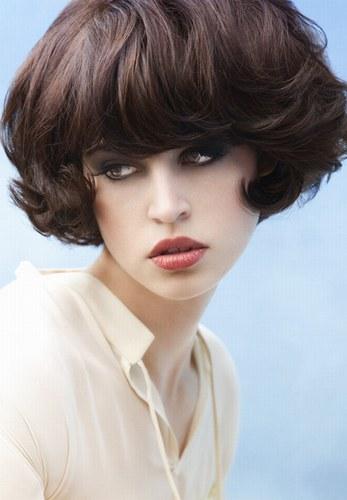 Фото молодіжних зачісок на кожен день для темного волосся