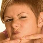 Прищі на підборідді у жінок, причини їх появи