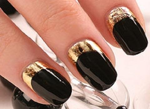 Золотий манікюр на фото з відтінками чорного.