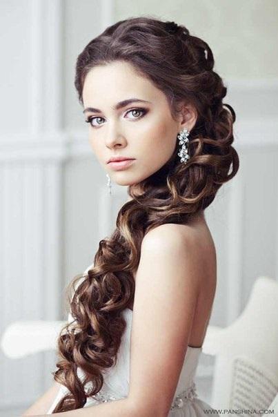 Весільні зачіски з косою є на фото