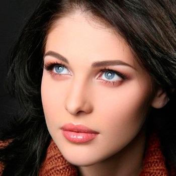 Блакитні очі можна прикрасити макіяжем для брюнеток.