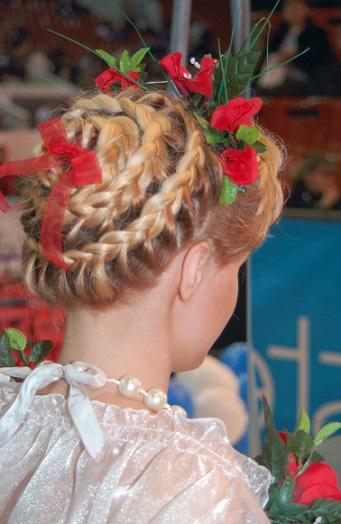 Зачіска із стрічками в українському стилі.