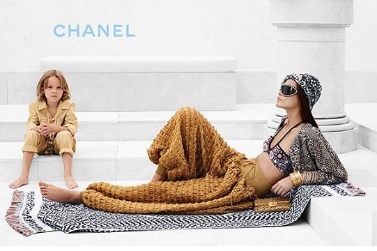 Модель Джоан Смоллс та Хадсон Кроніг представляють круїзну колекцію Будинку моди Chanel.