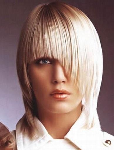 Стильна стрижка для волосся середньої довжини