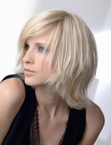 Стильні стрижки на волосся середньої довжини - фото