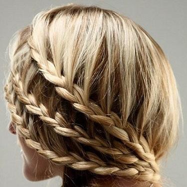 Зачіска по типу колоска на фото.