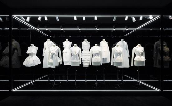 Фото ретроспективної виставки Esprit Dior в Токіо.