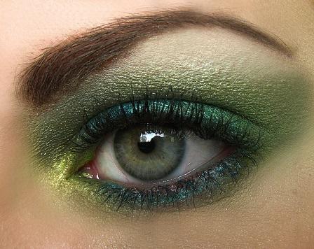 На фото зелений макіяж