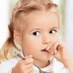 Чому дитина постійно гризе нігті?