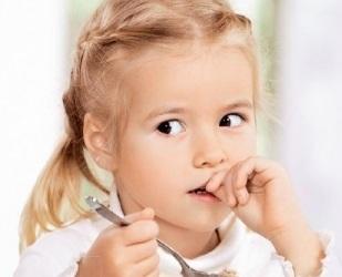 Чому дитина гризе нігті?