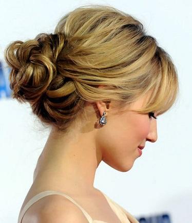 Представницям середнього волосся гарні зачіски на фото.