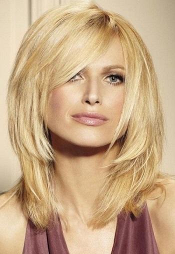Волосся має середню довжину, яка зачіска до лиця?