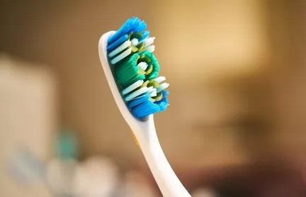 Якою щіткою чистити зуби.